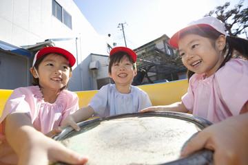 遊具で遊ぶ幼稚園児3人