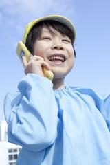 携帯電話を持つ男の子