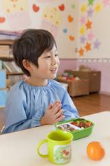 食事の挨拶をする男の子
