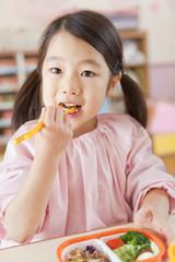 弁当を食べる女の子