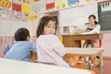 教室で後ろを振り返る女の子