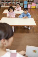 先生の話を聞く幼稚園児