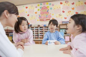 英語学習をする幼稚園児と幼稚園教諭