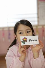 英語カードを持つ女の子