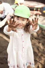 泥遊びをする女の子
