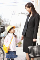 手を繋いで歩く母親と子供