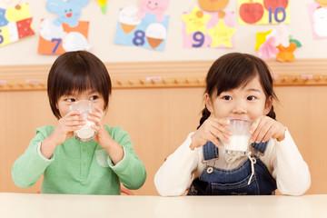 牛乳を飲む男の子と女の子