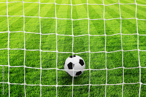 fussballfeld-mit-netz-ball