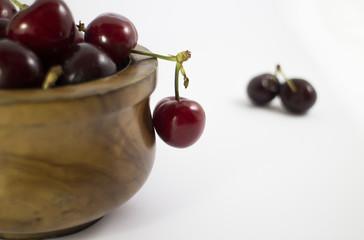Ciotola di legno piena di ciliegie