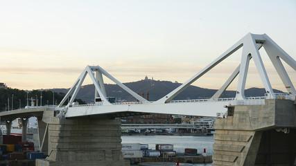 Puente levadizo en el puerto de Barcelona
