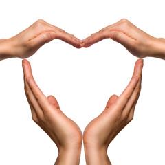 Hände formen gemeinsam ein Herz