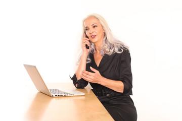 Geschäftsfrau mit Notebook und Telefon
