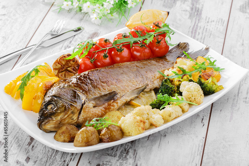 In de dag Vis baked fish with vegetables