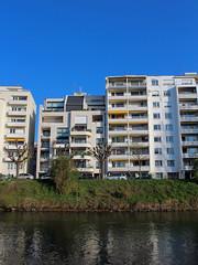 immeubles au bord de l'eau