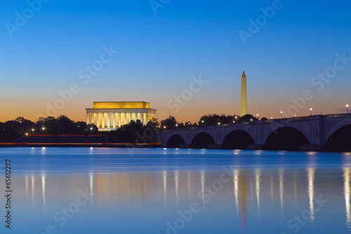 Deurstickers Historisch mon. Washington, DC - Monuments reflecting at twilight