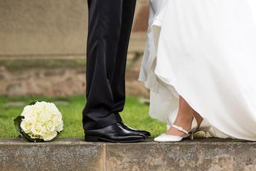 Brautpaar Beine und Brautstrauß