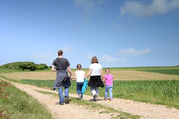famille en promenade