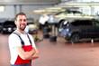 erfolgreicher KFZ Mechaniker in einer Werkstatt