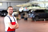 Fototapety erfolgreicher KFZ Mechaniker in einer Werkstatt