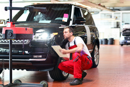 canvas print picture Lichttest // Automotive mechanic makes light test in workshop