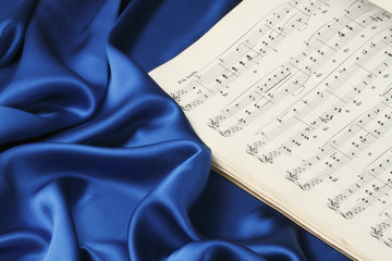 青いシルクと古い楽譜