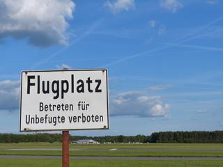 Warnhinweis am Flugplatz Oerlinghausen im Teutoburger Wald