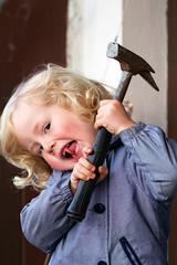 Gefahr! Kleinkind mit Hammer