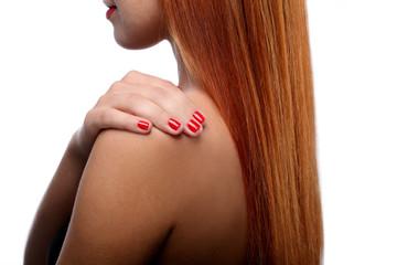 Девушка с рыжими волосами держит руку на плече