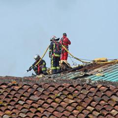 intervention de pompiers sur une toiture
