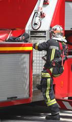 pompier accédant à un camion