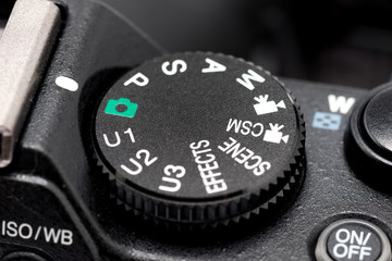Ghiere e pulsanti di una macchina fotografica digitale