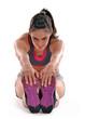 Joven mujer gymnasta estirando musculos, entrenando