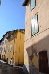 Centre-ville de Millau, ruelle et habitations