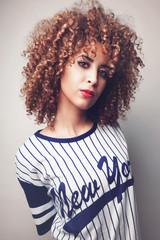 Jeune femme métisse en t shirt de baseball