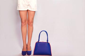 Синяя сумка и ноги