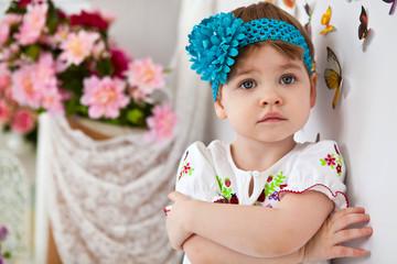 Красивая девочка с синим бантиком