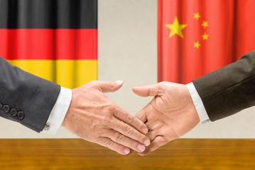 Vertreter Deutschlands und Chinas reichen sich die Hand