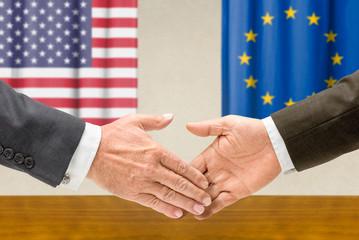 Vertreter der USA und der EU reichen sich die Hand