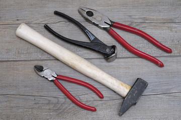 pinces et marteau