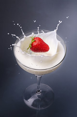 coppa di latte con fragola splash