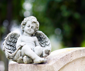 Engel auf Grabstein