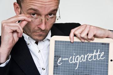 concept homme d'affaire et message e-cigarette sur ardoise