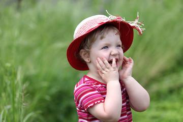 Mała dziewczynka w kapeluszu.