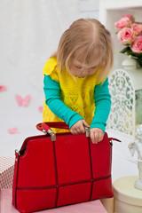 Маленькая девочка с красной сумкой