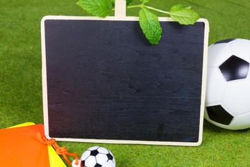 Kreidetafel mit Fußball und Karten