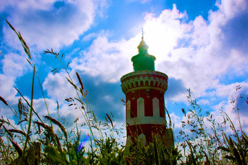 Leuchtturm im Gras