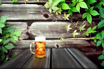 Bier krug auf dem Tisch