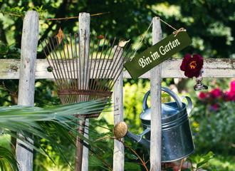 Gartenwerkzeuge am Gartenzaun