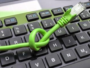 Laptop-Tastatur und Netzwerkkabel