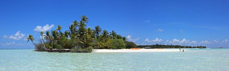 couple dans lagon bleu sur île déserte des maldives